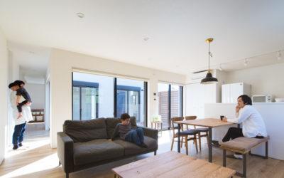 外にいるような開放感と内にいるような安心感を両立したコートハウス